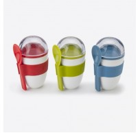 Yoghurt On The Go snackdoos 2 comp. & lepel groen, blauw of rood 228ml