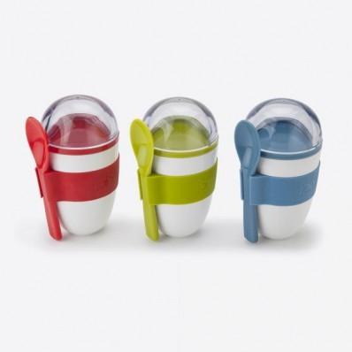 Yoghurt On The Go snackdoos 2 comp. & lepel groen, blauw of rood 228ml