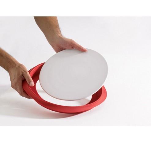 geribde taartvorm uit silicone rood Ø 28cm H 3cm met keramisch bord wit Ø 28cm  Lékué